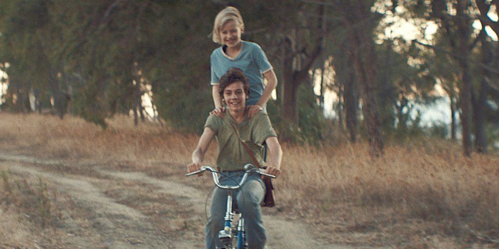 Homem andando de moto em estrada de terra  Descrição gerada automaticamente
